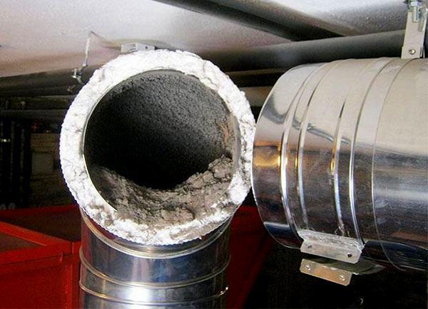 Скопление сажи в дымоходной трубе